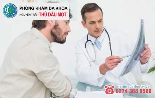 Bác sĩ đang điều trị viêm tinh hoàn